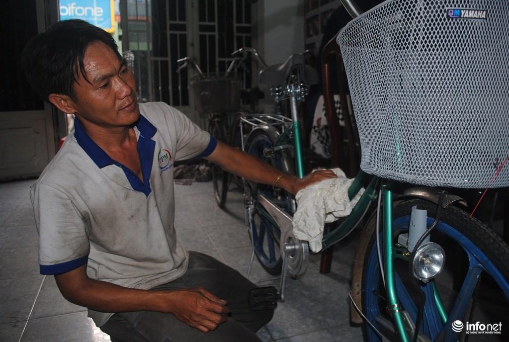 Anh thợ sửa xe nghèo tự lắp ráp xe với từng chiếc bulong ốc vít, phụ tùng xe