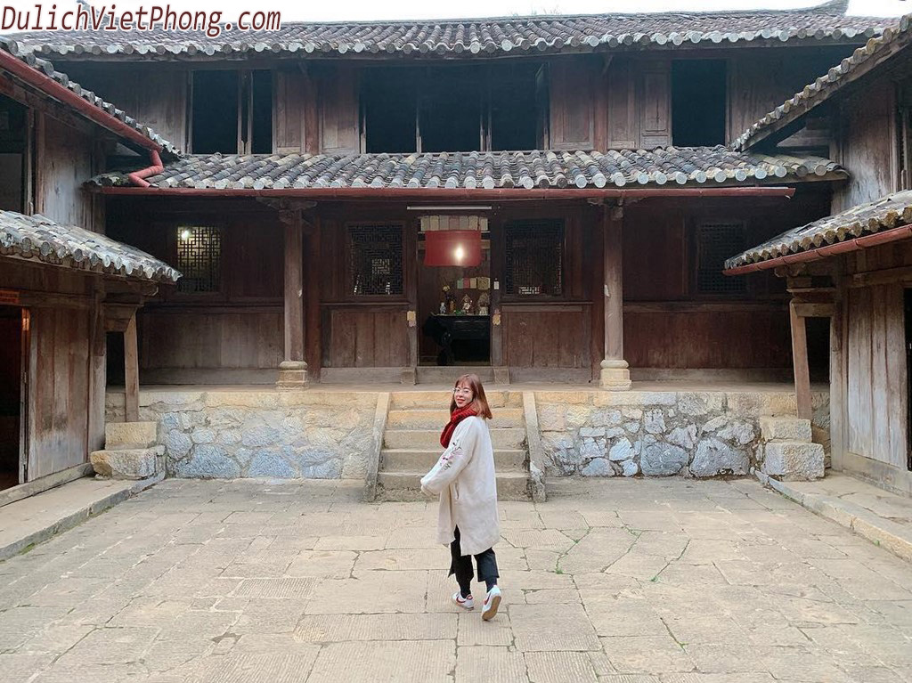"""Điểm nổi bật của khu di tích này là lối kiến trúc cổ với những hoa văn chạm khắc tựa như thời Trung Quốc cổ xưa lại được dựng trên địa hình núi nên phong cảnh rất đối hiền hòa và gần gũi với thiên nhiên. Mọi ngôi chùa ở đây đều từ độ cao 145m trở lên, ngôi chùa cao nhất lên gần tới 1000m. Nếu muốn tham quan ngôi chùa này, du khách sẽ phải đi lên bằng cáp treo. Đây cũng là cách di chuyển khá hay để có thể ngắm nhìn """"tiểu Trung Quốc"""" một cách bao quát và trọn vẹn nhất. Điều này cũng khiến cho cuộc hành trình của bạn trở nên hấp dẫn và thú vị hơn bao giờ hết."""