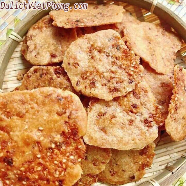"""Bánh chao  Bánh nướng bánh dẻo là bánh trung thu thì bánh chao đích thị là bánh """"hậu Trung Thu"""", khi các bánh nướng cũ được """"tái chế"""" sau mùa trung thu. Các lò bánh nhặt ra bánh còn thừa, cũ hoặc vỡ, cán dẹp ra rồi nặng thành những viên bánh tròn dẹt, chiên giòn, bỏ sỉ cho các tiệm tạp hóa."""