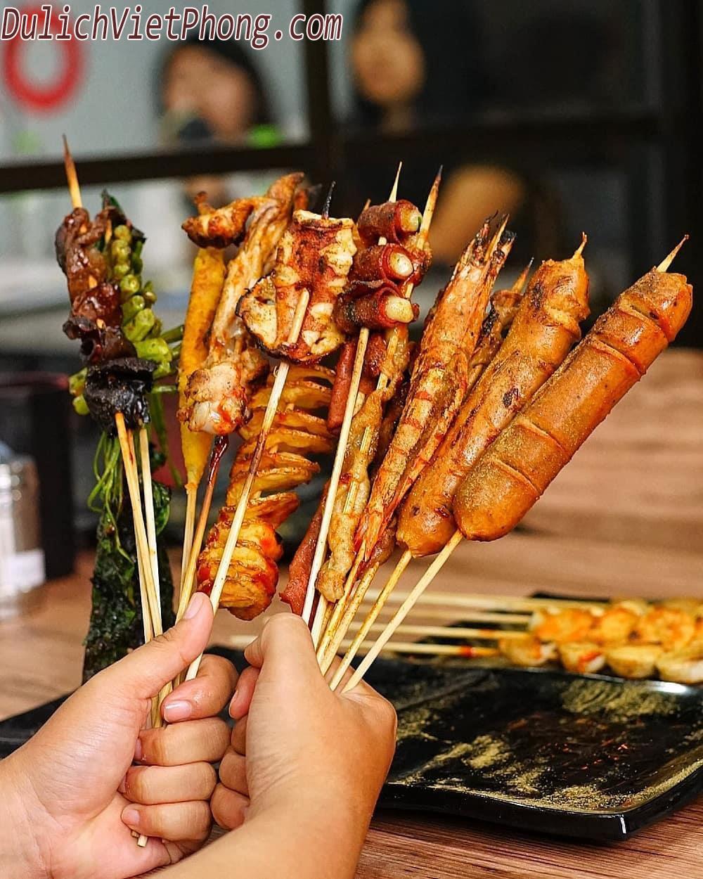 Lẩu cá cay ở đây rất đặc biệt, có mùi vị rất riêng, đậm nét ẩm thực Trung Quốc. Nước dùng mặn và cay, bên trong gồm nhiều cá, gừng, ớt, giá, rau thơm và sợi mì tươi. Khẩu phần của một nồi lẩu thường thích hợp cho khoảng 4 người ăn. Nếu không ăn được cay, bạn có thể yêu cầu nhân viên giảm vị của nước dùng.