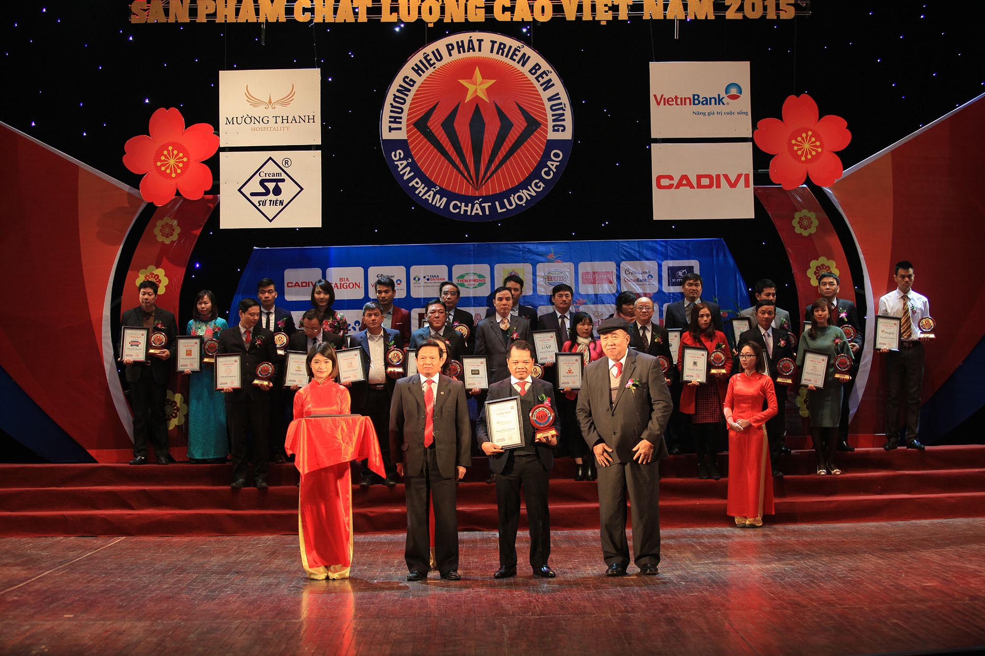 Đại diện thương hiệu ATZ Healthy Life nhận giải