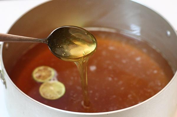 Nước đường bánh nướng trong, sánh và màu vàng óng