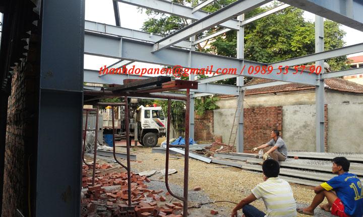 Phần khung thép và dầm thép dần được lắp dựng theo đúng yêu cầu kỹ thuật