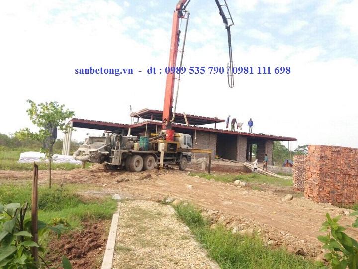 Máy bơm bê tông tươi được đưa vào công trình