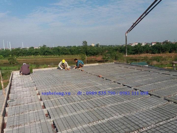 Công nhân đan lớp cốt sắt dự ứng lực bên trên tạo liên kết bền vững